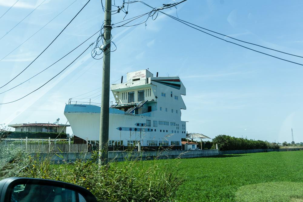 Kurioses findet man auch ab und an beim Fahren durch Albanien. So wie hier das Schiffhaus. Auf dem Weg zur Ausgrabungsstätte Apollonia.