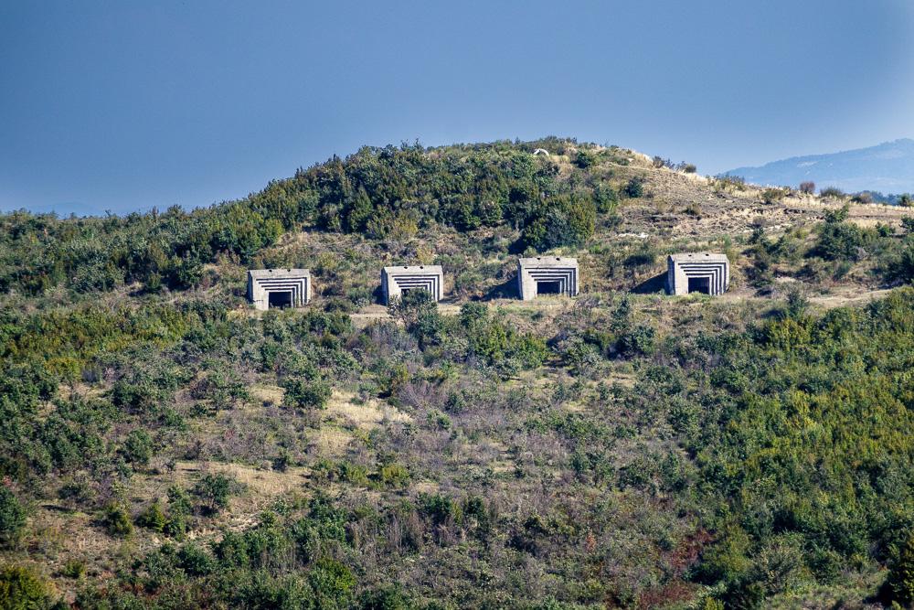 Blick auf die hügelige Umgebung von Apollonia. Hier mit vier Betonbunkern.