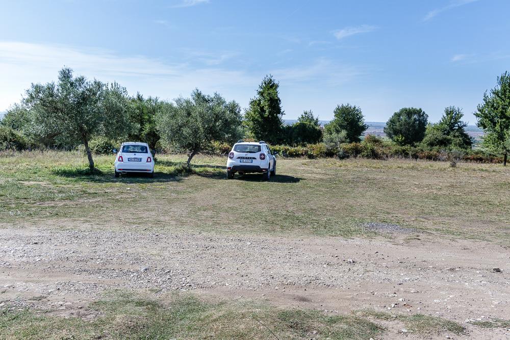 Parkplatz auf der Wiese vor dem Gelände der Ruinenstätte Apollonia