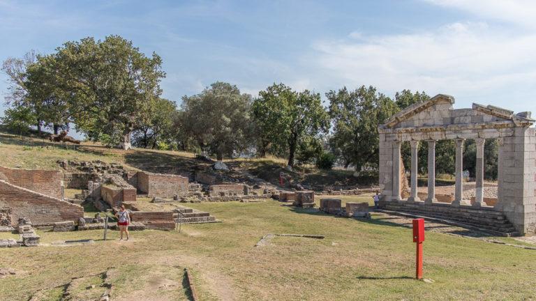 Das Wahrzeichen der Ruinenstätte von Apollonia. Das Buleuterion.