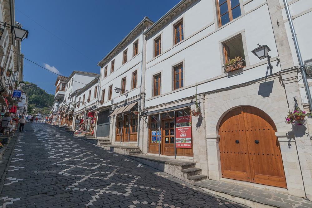 Steile Gasse mit Kopfsteinpflaster in der Altstadt von Gjirokastra