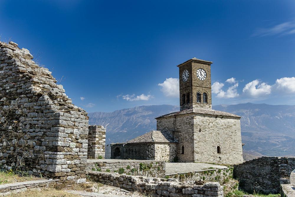 Der Uhrturm der Festung Gjirokastra vor spektakulärer Kulisse