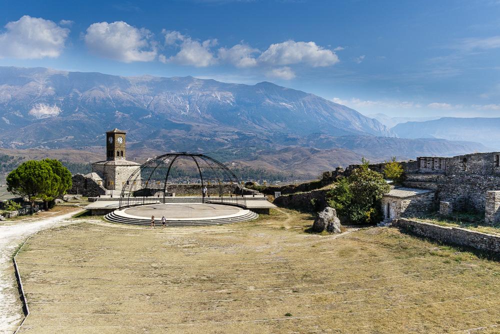 Noch einmal der Blick auf die Freifläche mit Bühne und Uhrenturm im Hintergrund auf der Festung Gjirokastra