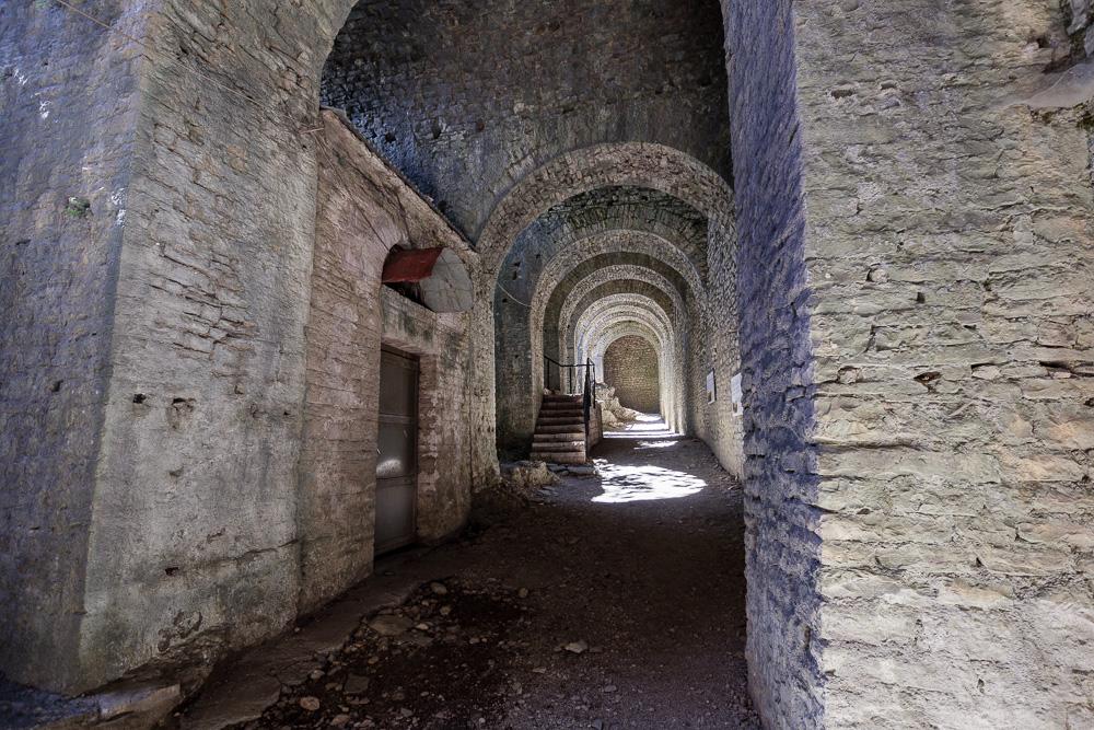 Im Inneren der dunklen Gewölbe der Burg von Gjirokastra