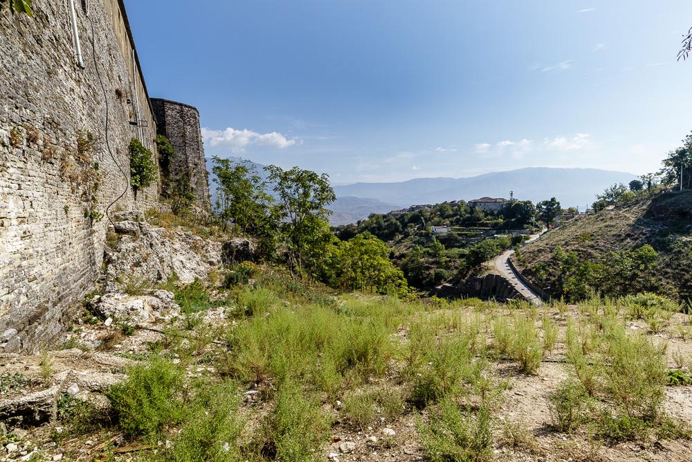 Noch außerhalb der Burgmauern von Gjirokastra