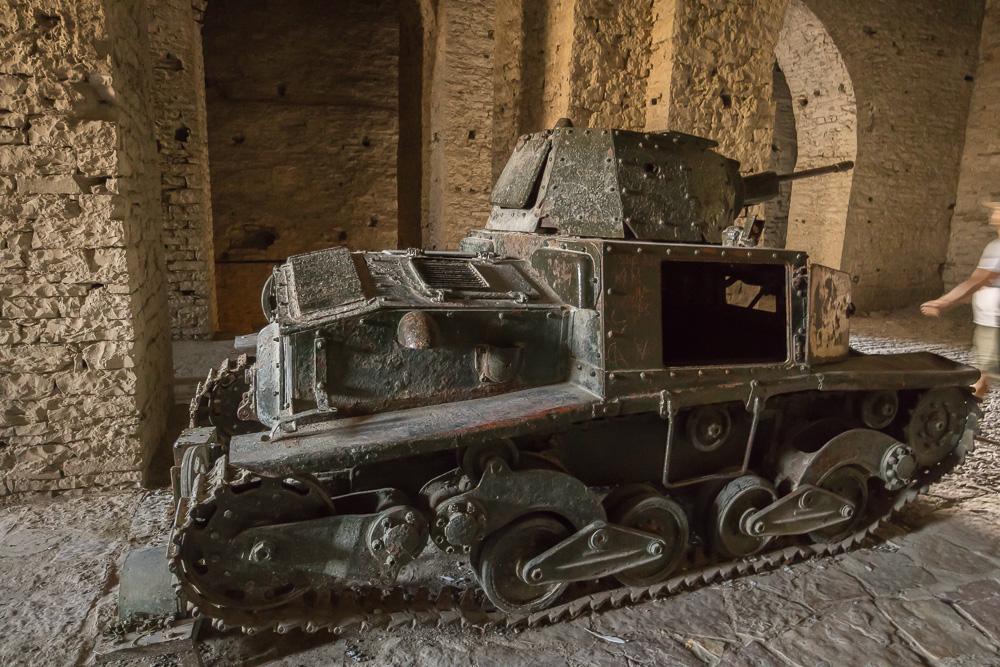 Der alte Fiat-Panzer in den steinernen Gewölben der Burg von Gjirokastra