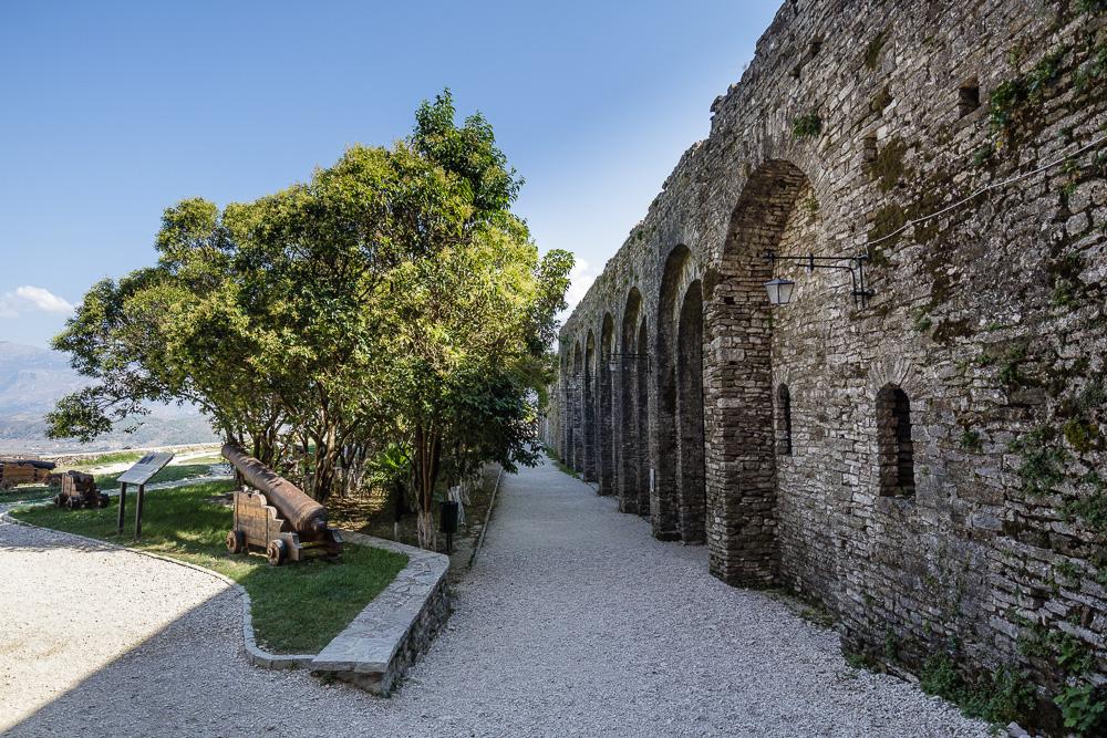 Hier tritt man hinaus auf die Freiflächen des Burgareals von Gjirokastra