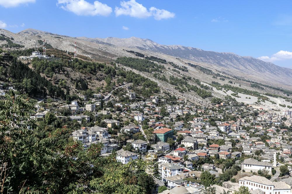 Blick hinunter auf die Stadt Gjirokastra