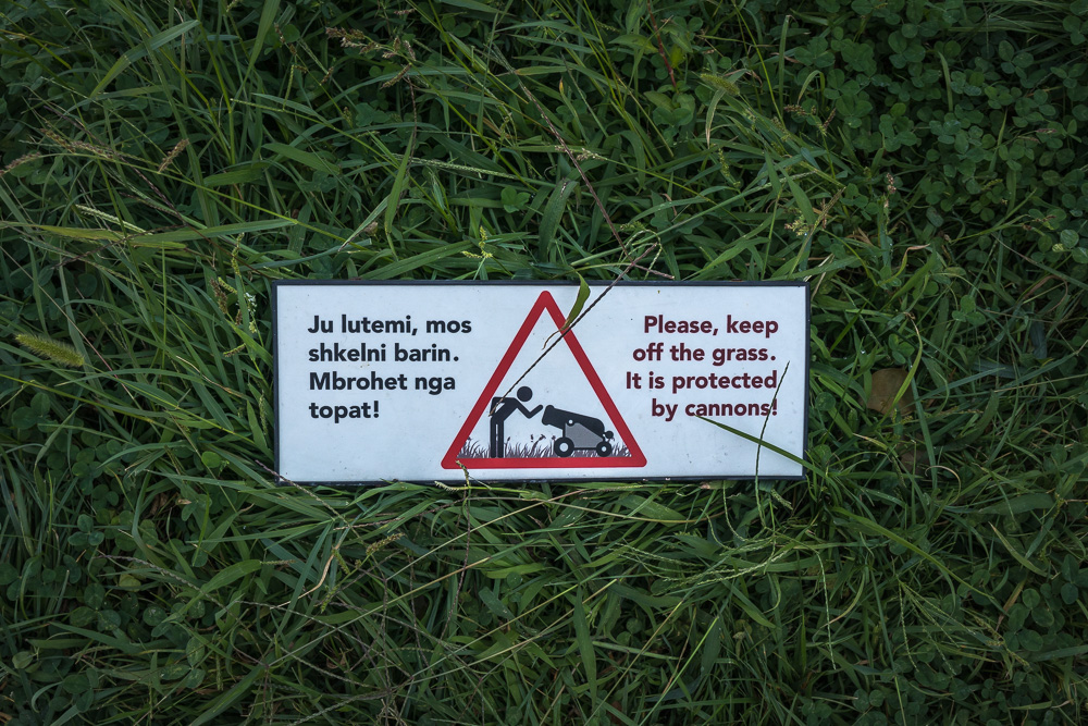 Warnschild im Rasen der Burg von Gjirokastra