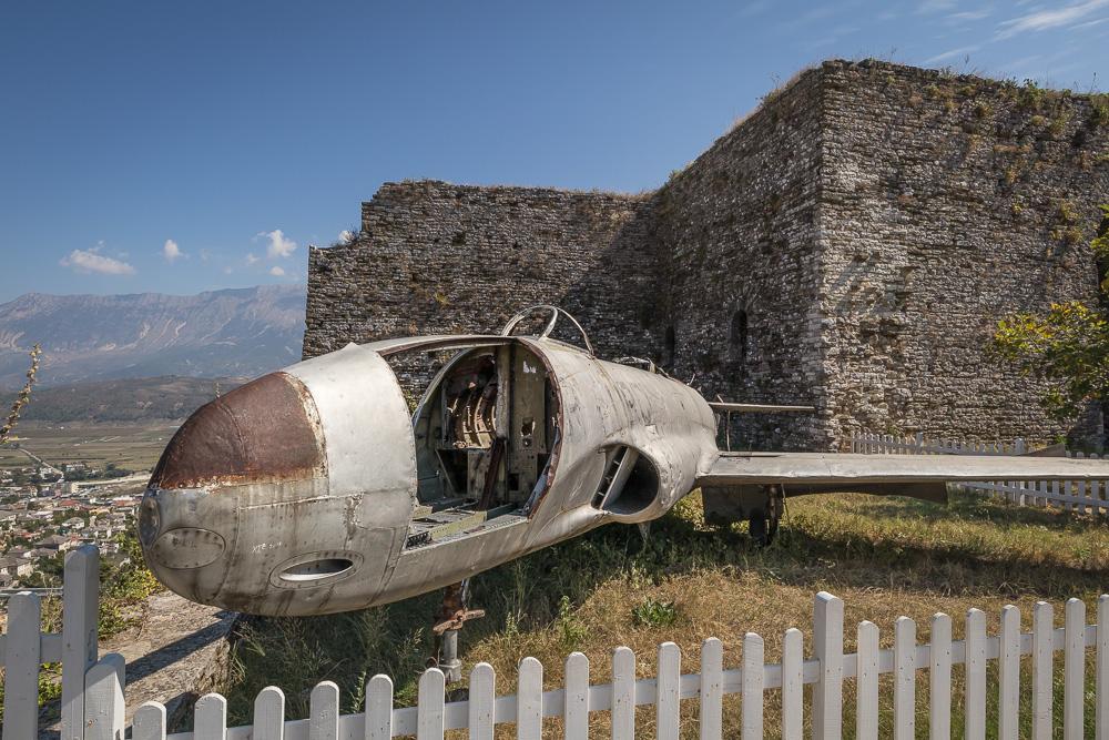 Das amerikanische Spionageflugzeug auf der Burg von Gjirokastra