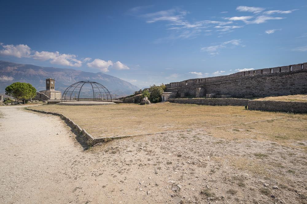 Die große Freifläche der Burg von Gjirokastra wird beispielsweise für Festivals genutzt