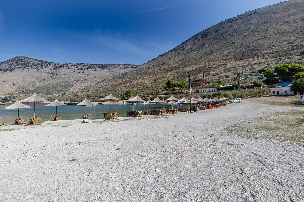 Nach dem Besuch der Burg kann man sich am Strand von Porto Palermo entspannen