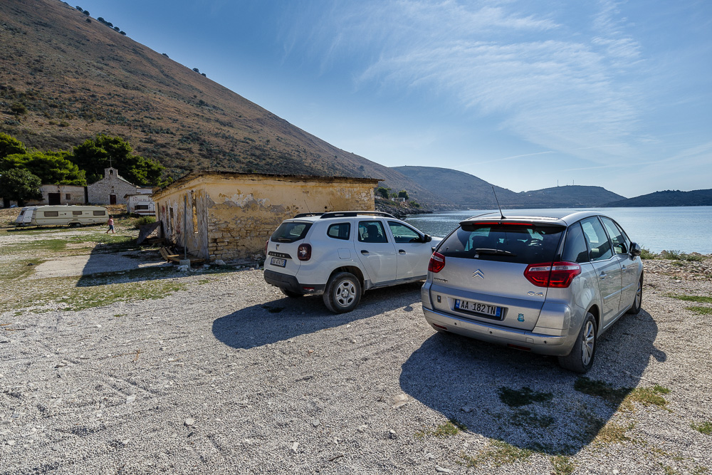 Parkplatz direkt am Strand von Porto Palermo. Von hier aus ist es nicht mehr weit bis zur Festung Porto Palermo.