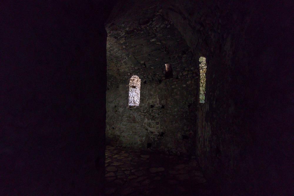 Im Inneren der Steinmauern der Festung Porto Palermo ist es tatsächlich auch strahlendem Sonnenschein sehr dunkel