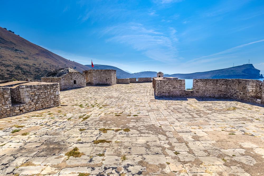 Uns hat vor allem der Rundumblick auf dem Dach der Burg von Porto Palermo super gut gefallen