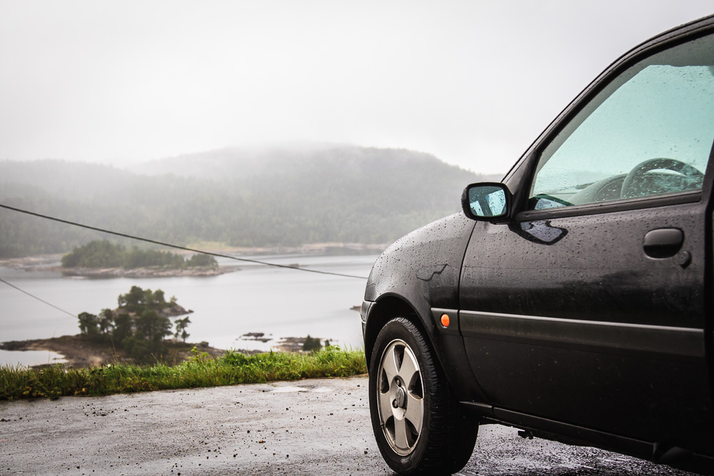 Ford Fiesta in Norwegen mit Blick auf einen See