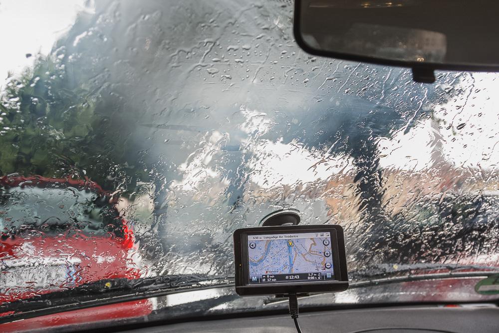 Navi an der Scheibe eines Ford Fiesta im regnerischen Verona in Italien