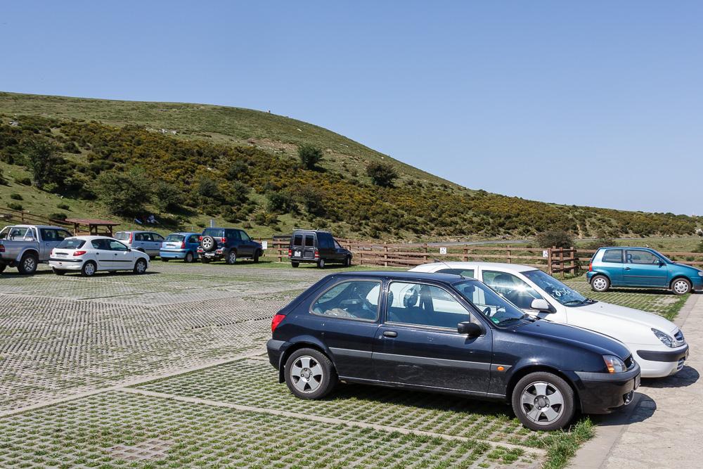 Meist hat der kleine Fiesta die Parklücken nicht mal ansatzweise ausgenutzt und gebraucht (Parkplatz an den Lagos de Covadonga in Asturien während unserem Trip nach Nordspanien. Kleinwagen auf Roadtrip)