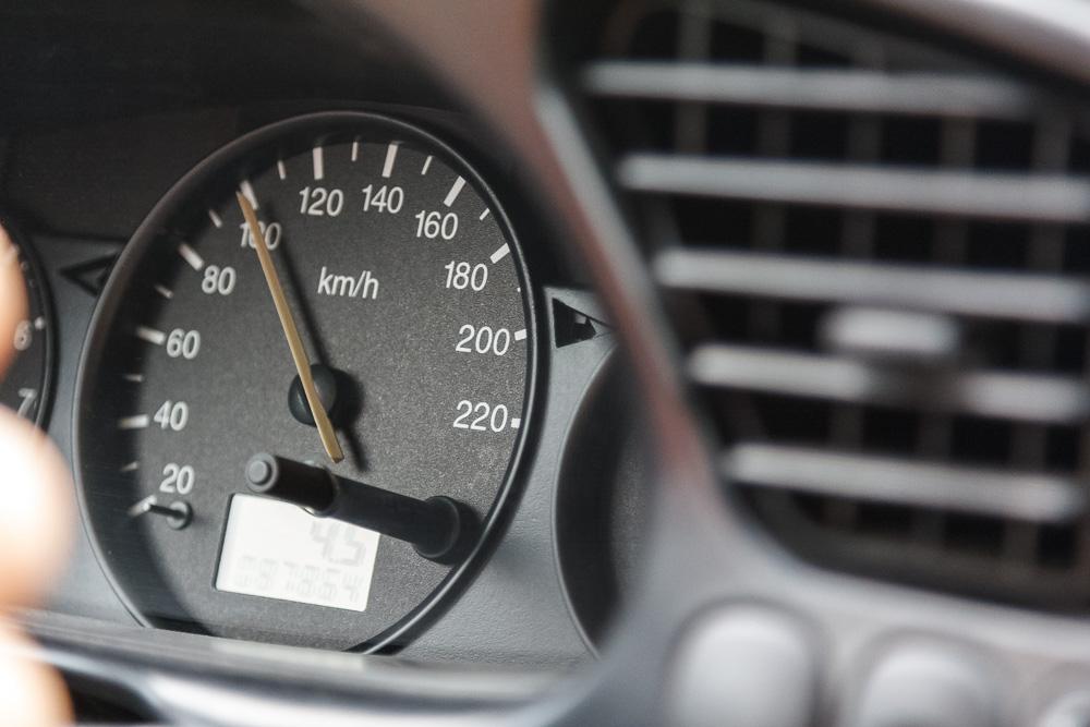 Tempo 100 Km/h schafft man mit dem Ford Fiesta noch recht gut. Tachoskala mit Zeiger bei 100 Km/h