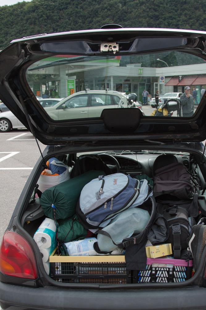 Gepäck in einem Ford Fiesta aus dem Jahr 2001. Mit Kleinwagen auf Roadtrip war für uns dadurch super möglich, wenn wir die Lehne der Rücksitzbank ausgebaut hatten.