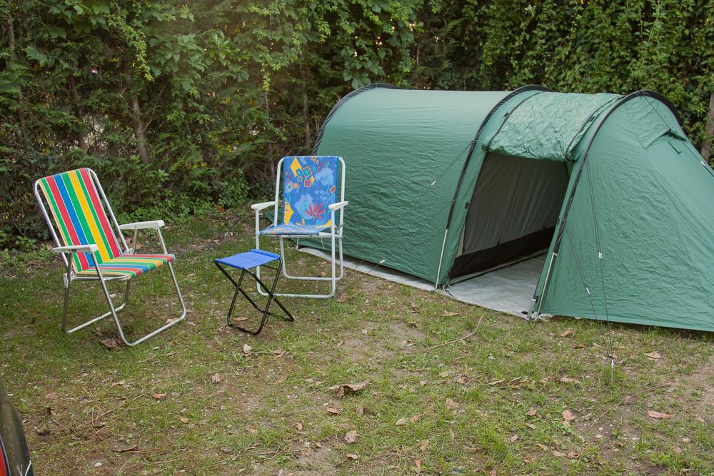 Unser Zelt mit Stühlen und Tisch auf dem Campingplatz in Bardolino