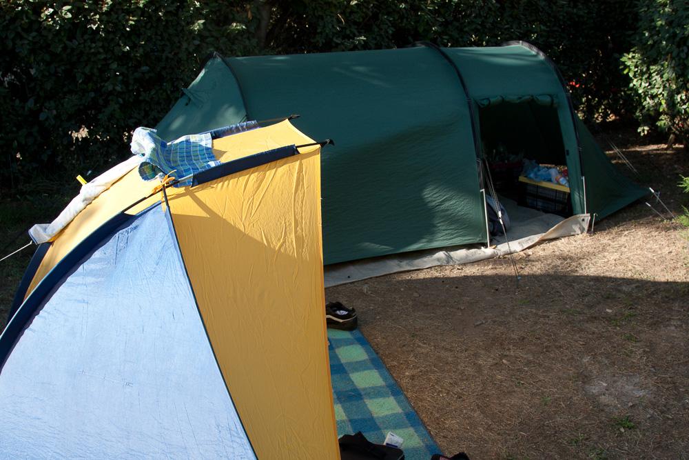 Tunnelzelt und Strandmuschel bei Camping Sandaya Tamaris in Südfrankreich. Unser erster gemeinsamer Urlaub.