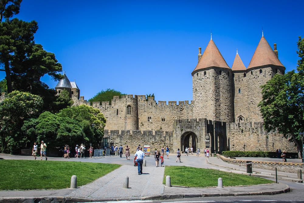 Blick auf die Tore von Carcassonne in Frankreich