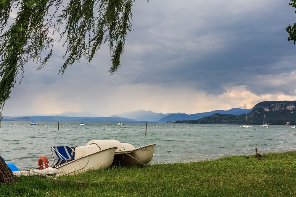 Erholung auf den Wiesen am Gardasee bei Bardolino in Italien. Unser erster gemeinsamer Urlaub.