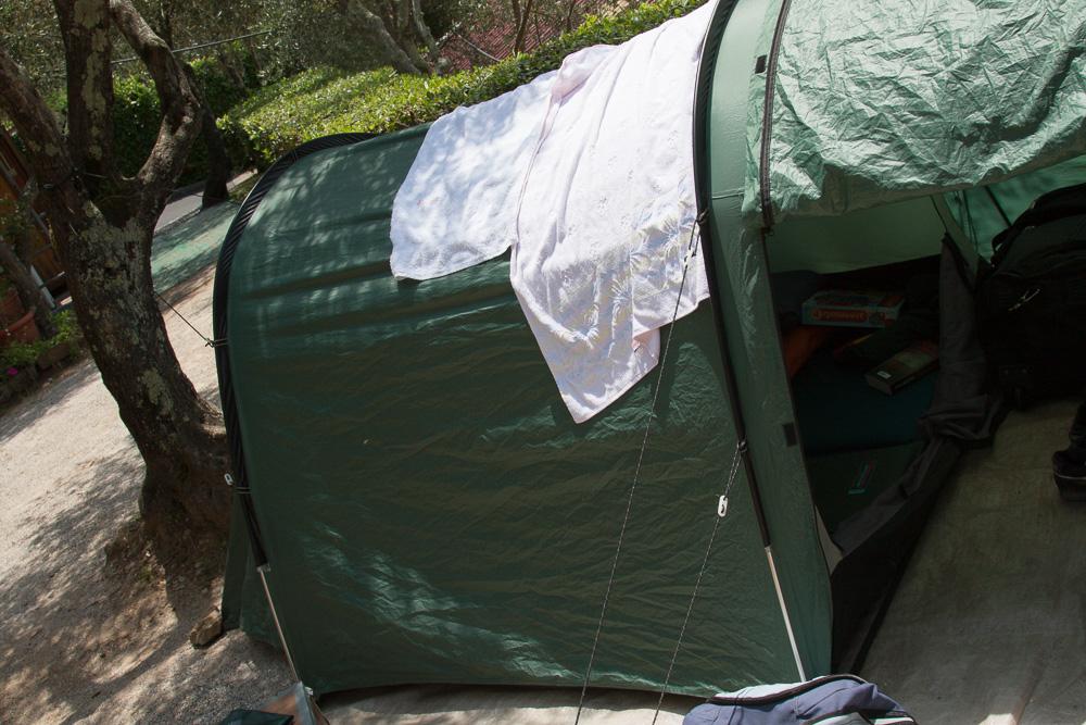 Zelt auf dem Zeltplatz von Camping Gianna in Tellaro, Italien.