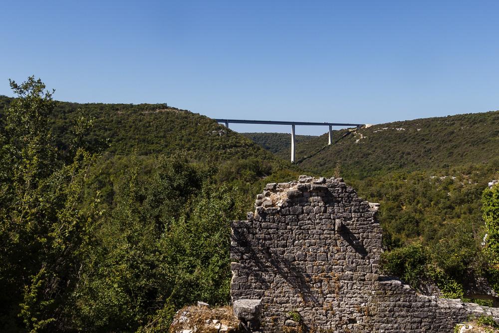 Die waldreiche Umgebung Dvigrads mit der Autobrücke in Istrien, Kroatien