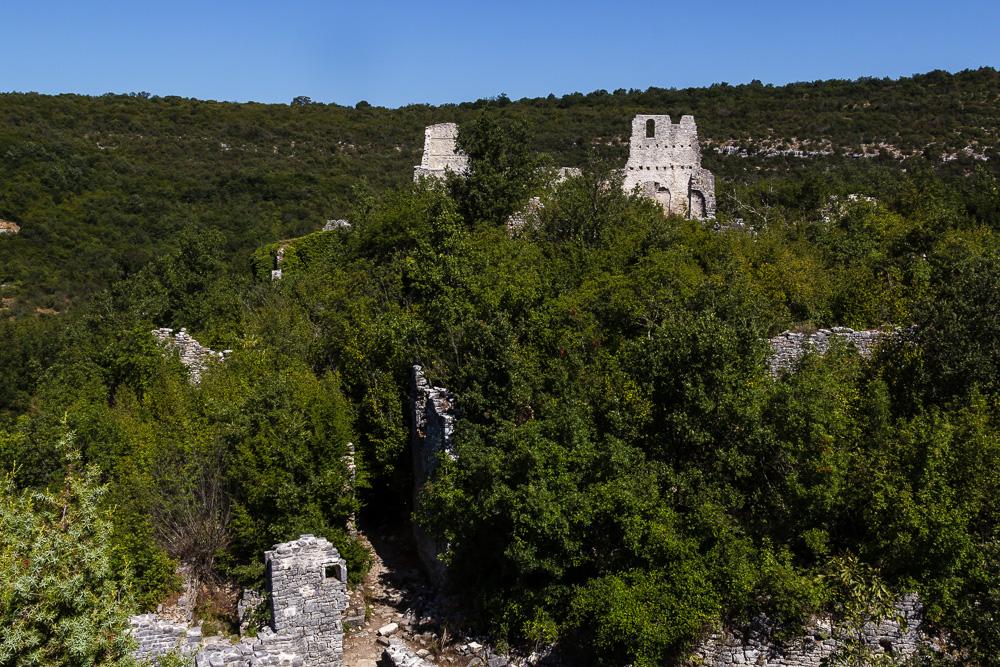 Die Ruinen von Dvigrad in Istrien aus der Ferne gesehen