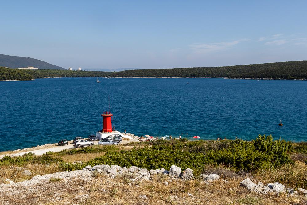 Strand und Leuchtturm von Rakalj in Kroatien