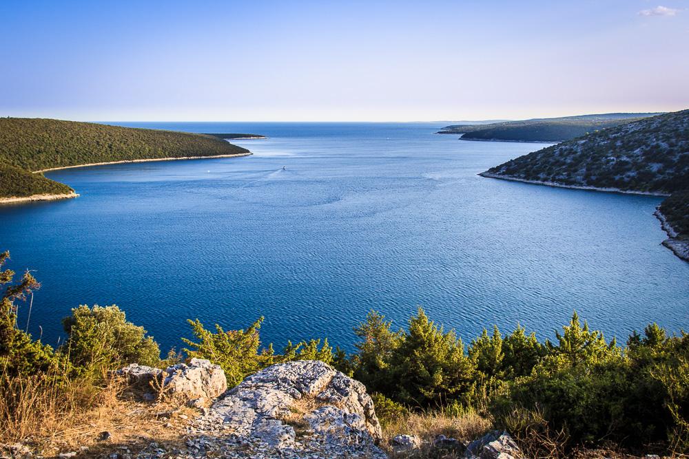 Die wunderschöne Bucht von Rakalj in den Abendstunden. Rakalj war der Standort von unserem Ferienhausurlaub in Kroatien.