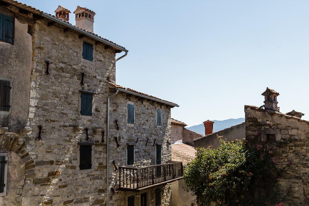 Alte Häuser in Hum, der angeblich kleinsten Stadt der Welt. Besucht während dem Ferienhausurlaub in Kroatien.