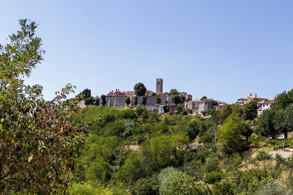 Blick auf die Altstadt von Motovun. Von den Stadtmauern aus kann man die umliegenden Täler super überblicken.