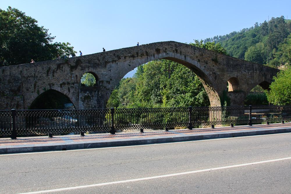 Die berühmte historische Brücke in Cangas de Onis