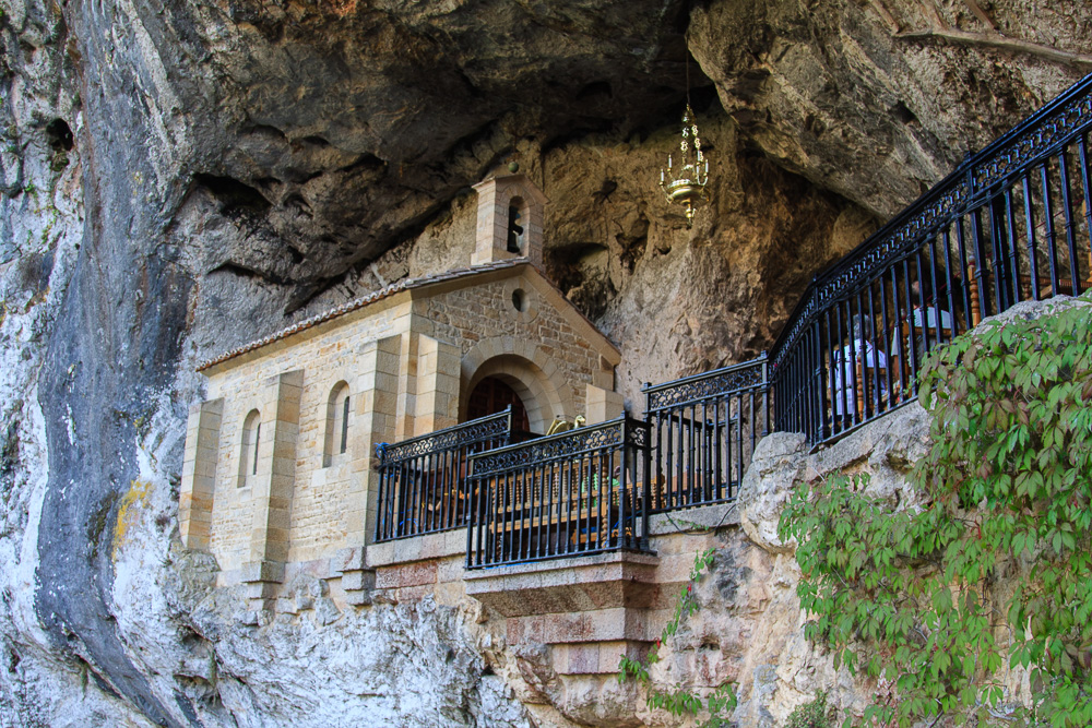 Die berühmte Höhlenkapelle Santa Cueva in Covadonga unterhalt der Bergseen