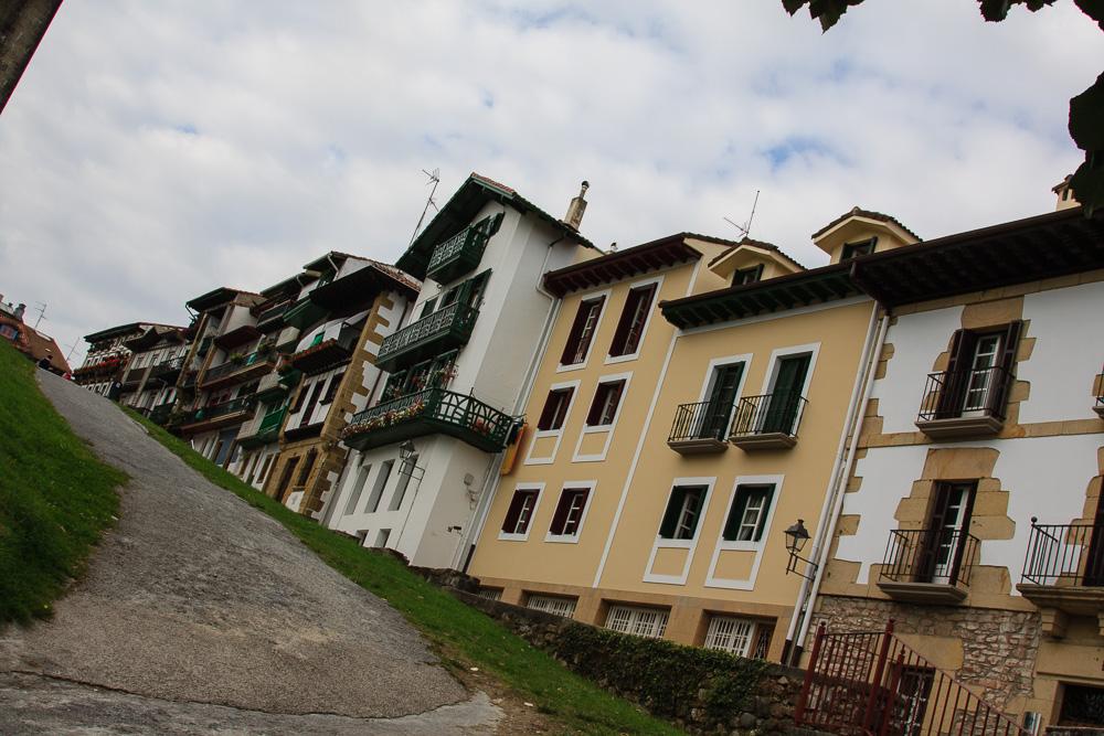 Steiler Anstieg hinauf in die Altstadt Hondarribias bei unserem Roadtrip mit Zelt durch Nordspanien