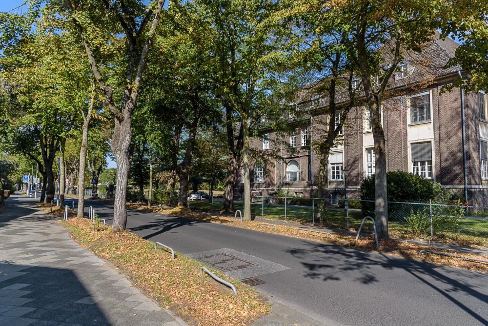 Oft geht es durch schöne Wohngebiete mit viel Baumbestand in Kaiserswerth