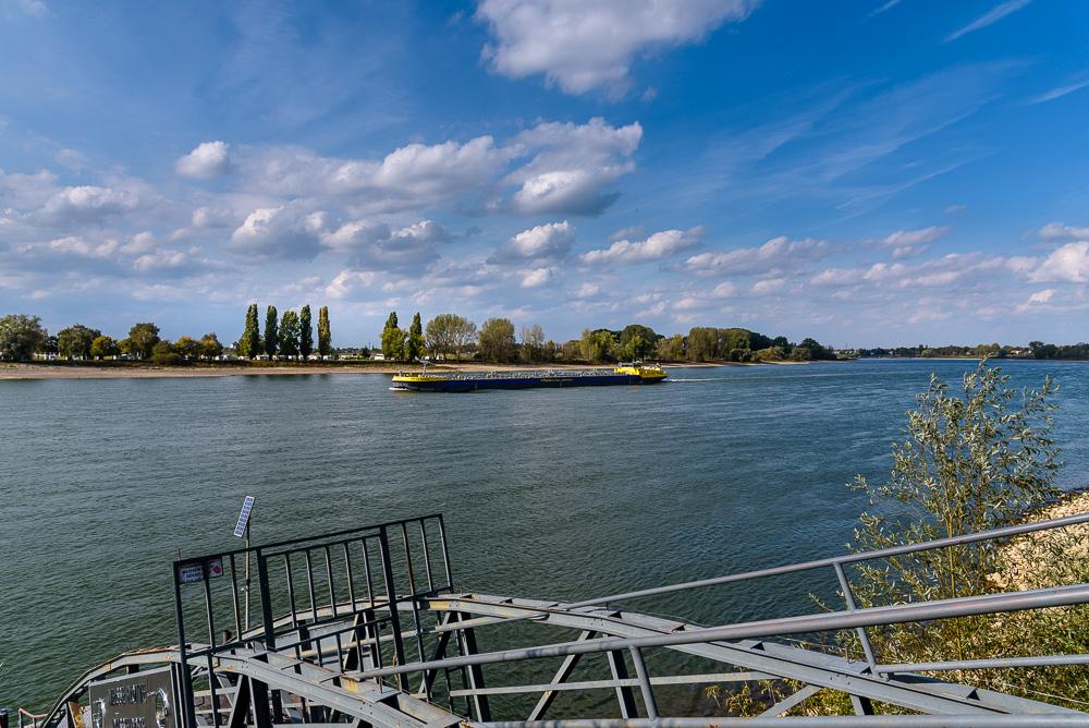 Das Beobachten der Schiffe am Rheinufer bei Kaiserswerth hat uns gut gefallen