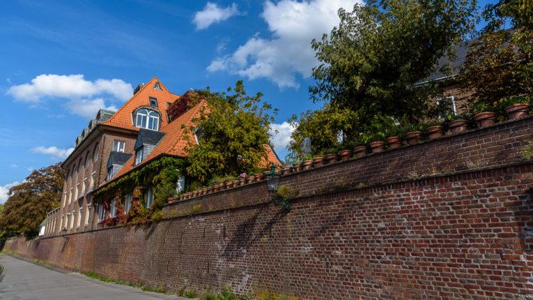 Alte Mauer beim Spaziergang durch Kaiserswerth