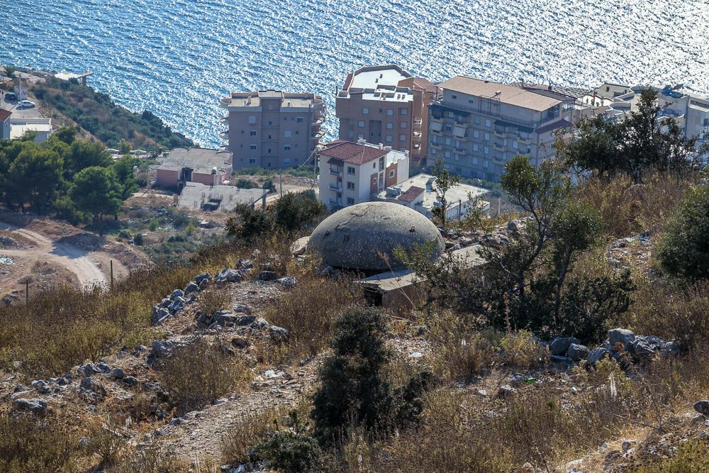 Einer der für Albanien so typischen Betonbunker über Saranda nahe der Burg Lekuresi