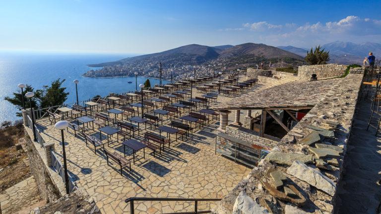 Blick über das Restaurant auf Burg Lekuresi auf Saranda und das Mittelmeer