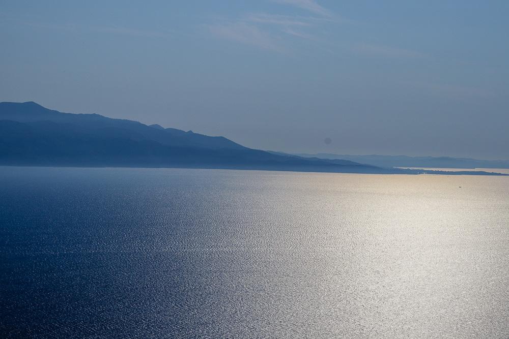 Die griechische Insel Korfu ist von Burg Lekuresi aus gut zu sehen