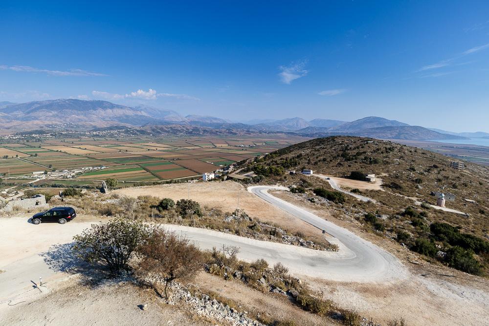 In Serpentinen windet sich die Straße von Saranda kommend hoch zur Burg Lekuresi
