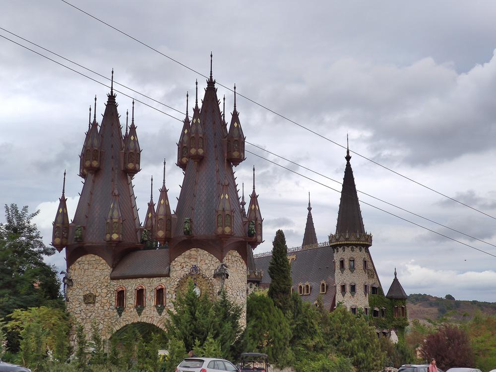 Die Burg von Ravadinovo vom Parkplatz aus gesehen