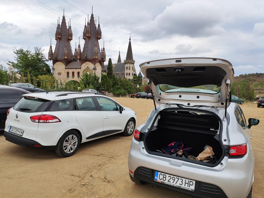 Sandiger Parkplatz vor der Burg von Ravadinovo