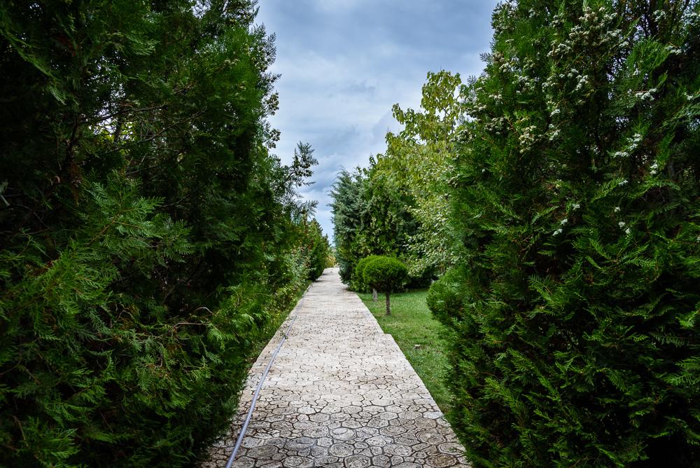Manche Wege in den Gärten der Burg von Ravadinovo wirken wie aus einem Labyrinth