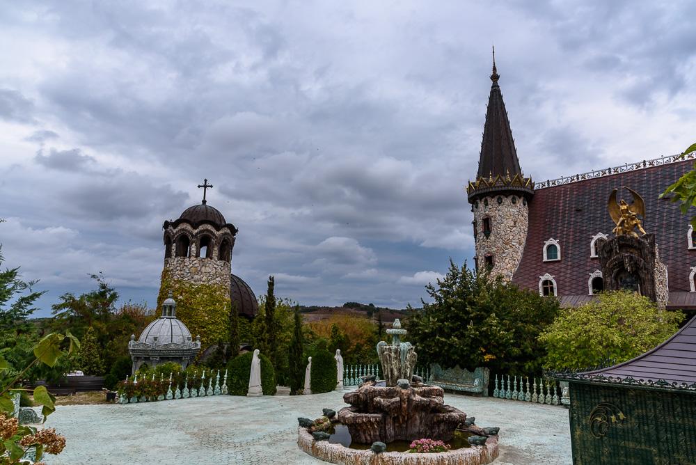 Bei wolkenverhangenem Himmel entfaltet das Schloss Ravadinovo seine ganz besondere Wirkung