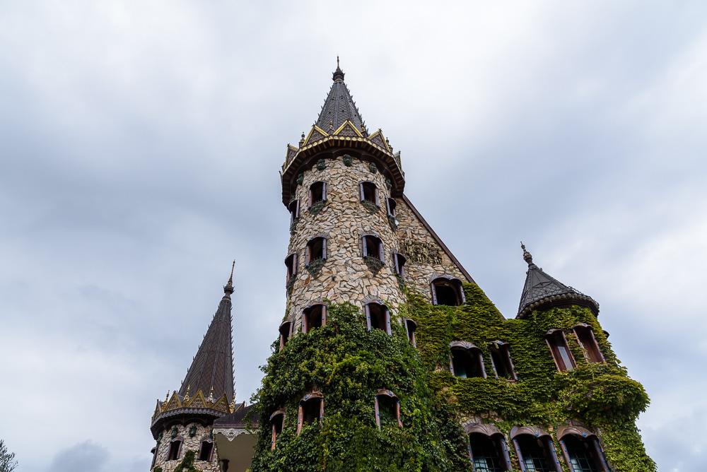 Eine Burg wie aus einem Fantasyfilm steht hier im Süden Bulgariens